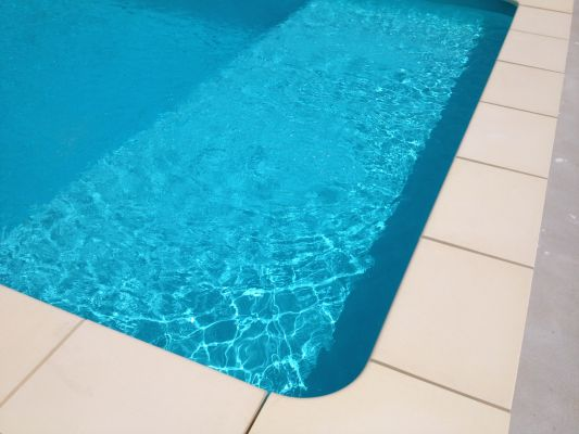 Piscine ma onn e liner vert cara be avec plage immerg e for Fournisseur liner piscine