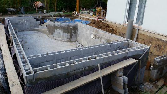 Autoconstruction piscine d bordement 7 6 x 4 sous abri for Spa beton debordement