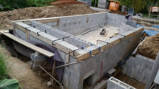 Autoconstruction piscine d bordement 7 6 x 4 sous abri for Caniveau piscine miroir