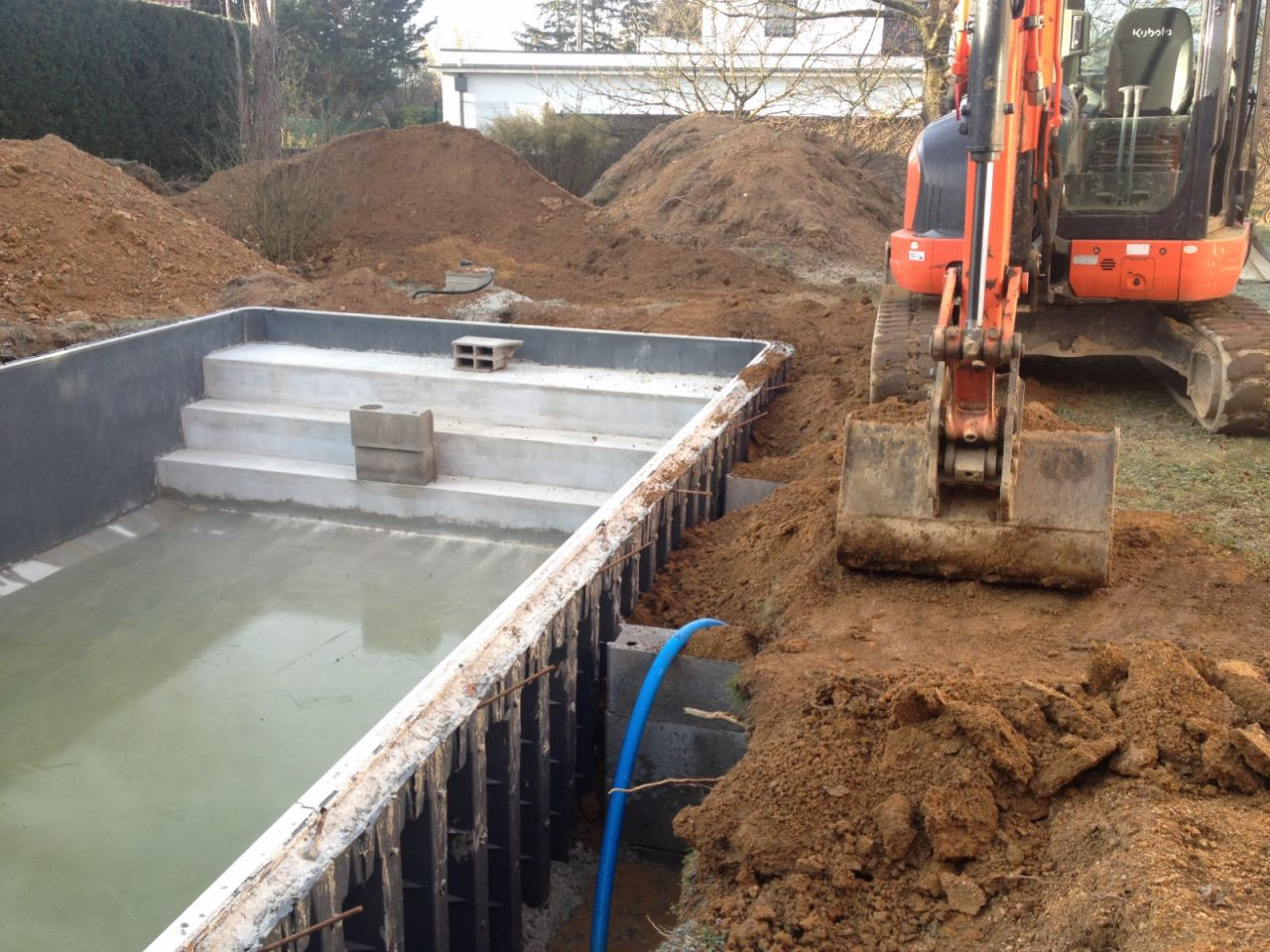 Photo remblaiement autour de la piscine construction for Prix construction piscine