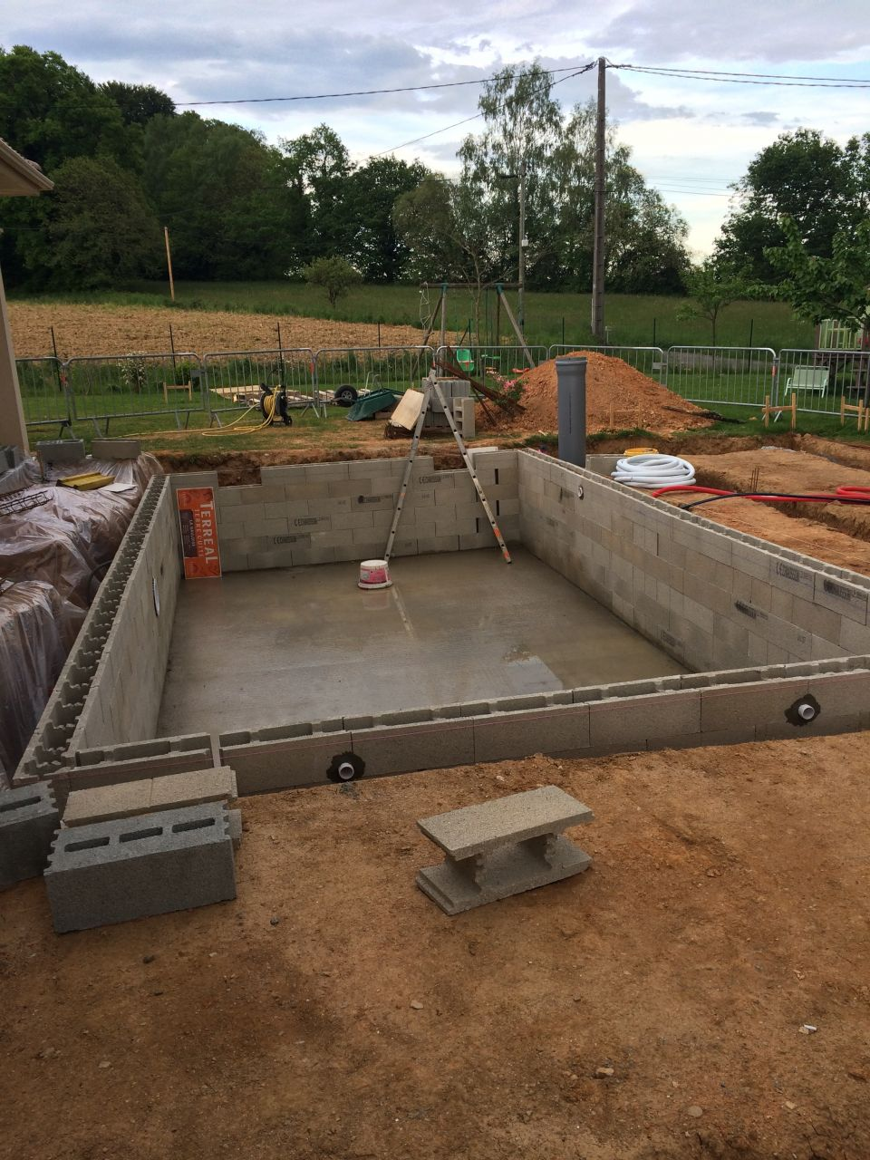 Photo bloc bancher construction pose de la piscine for Forum construction piscine 56
