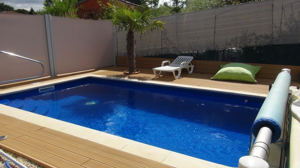 Photo vue d 39 ensemble de la piscine avec enrouleur b che for Enrouleur piscine