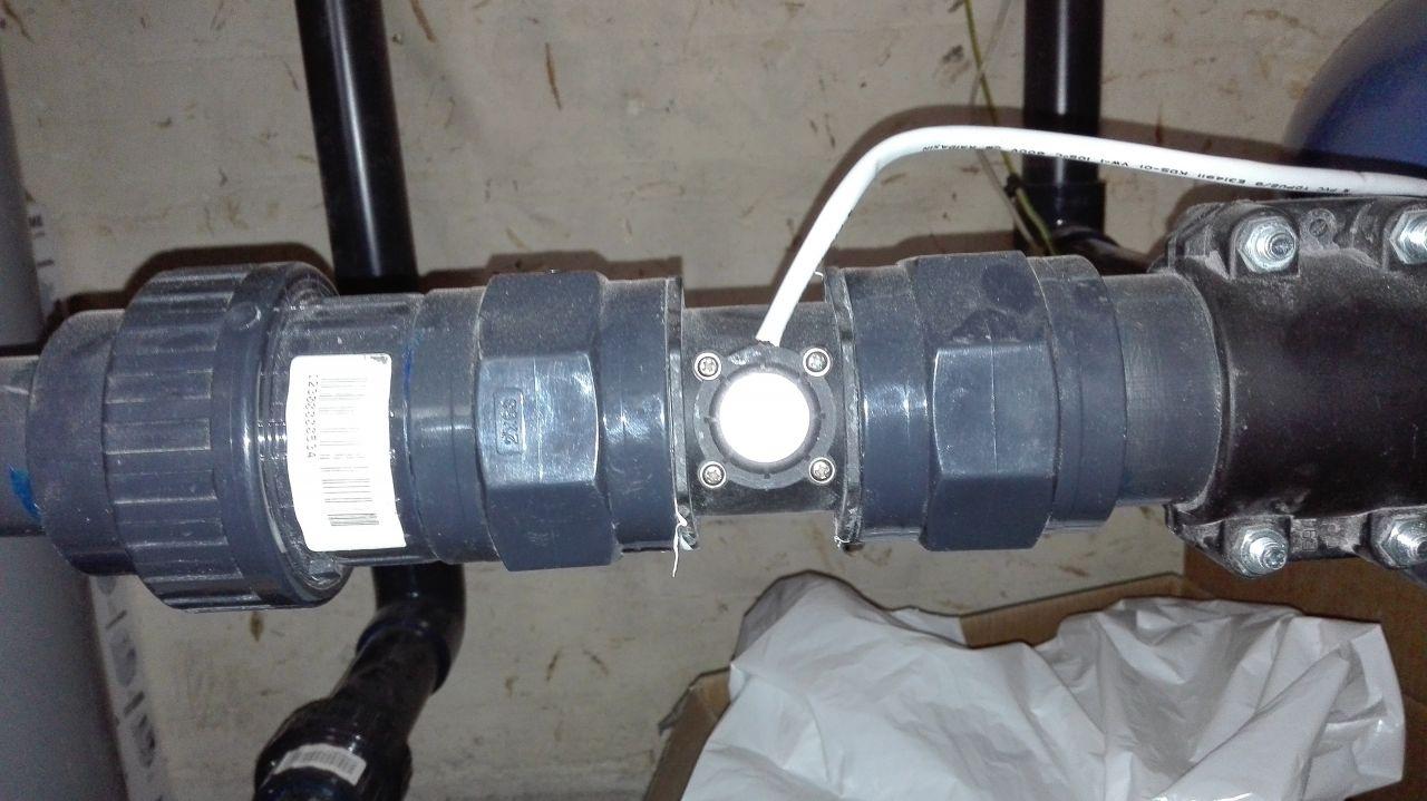 """J'ai installé un débitmètre sur la sortie de la pompe. j'ai pris un 2"""" monté au téflon entre deux raccords a vissée 2"""""""