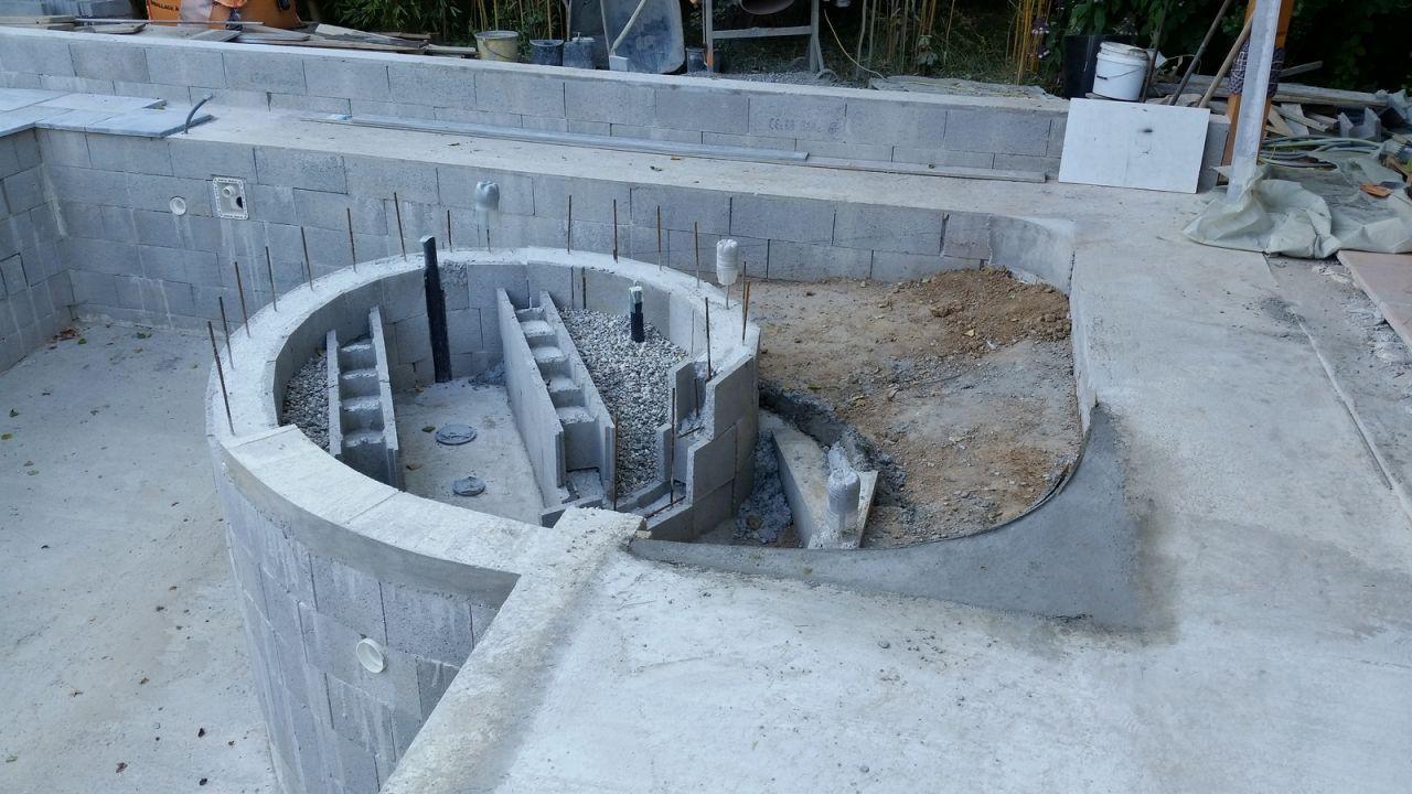 Photo arrondis de la pataugeoire construction pose de for Construction piscine 58