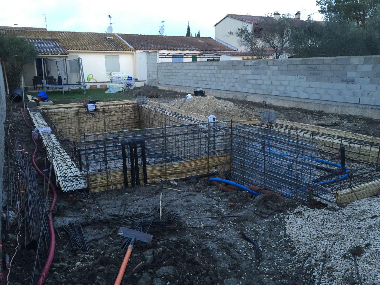 Photo le mur de rehausse de derri re construction pose for Construction piscine rhone