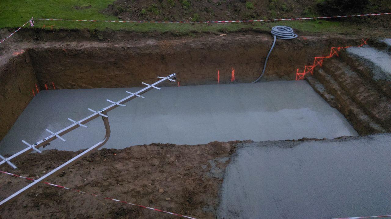 Photo coulage du radier beton construction pose de la for Radier piscine beton
