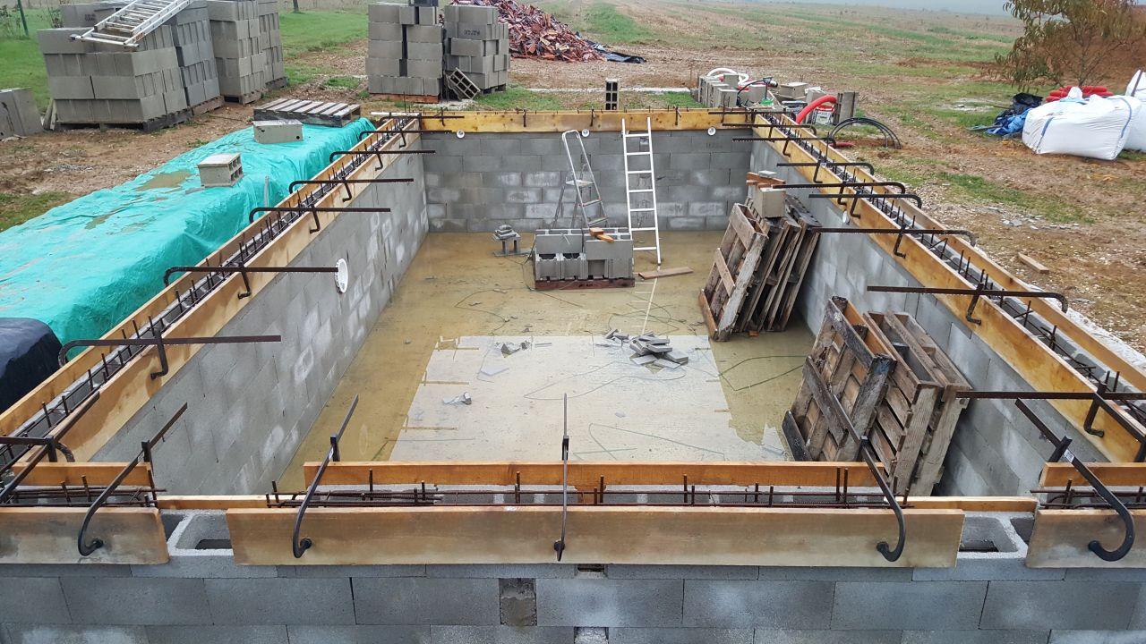 Photo coffrage de l 39 arase et mise en place des 4 travers s for Construction piscine jura