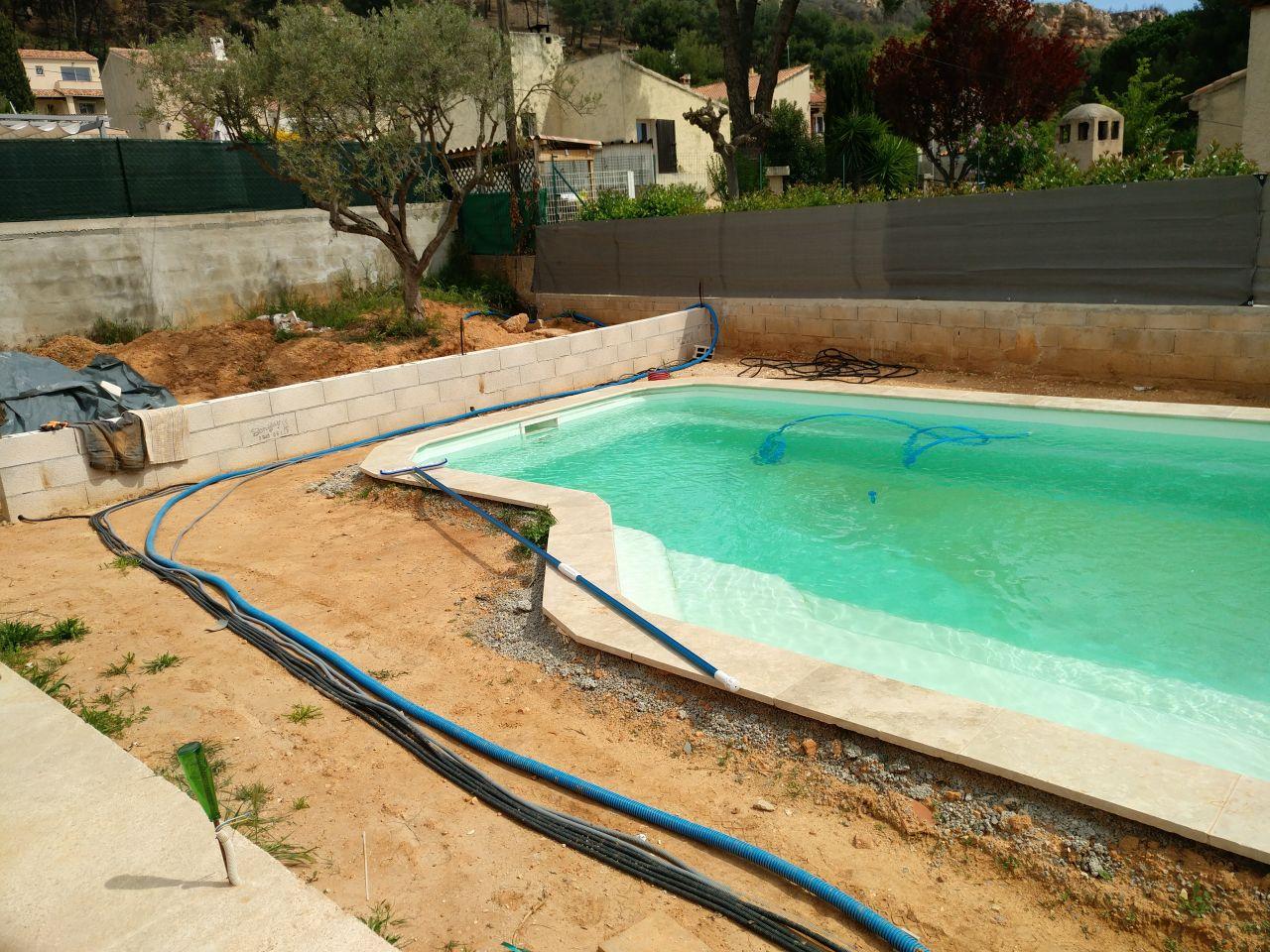 Passage de tous les câbles d'alimentation d'eau et câbles électriques