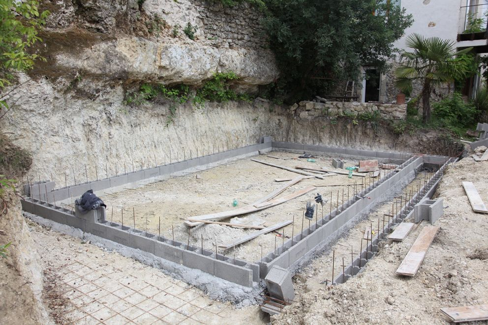 Photo premi re rang e de bloc bancher bassin et for Construction piscine bloc a bancher
