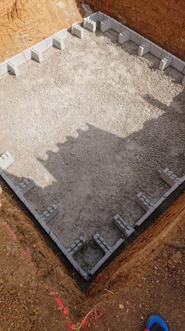 Béton de propreté coulé et blocs titans scellés