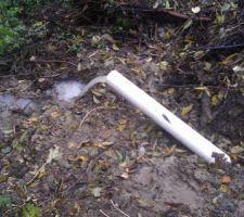 Je vois souvent la question de l'intérêt ou non de réaliser un drain sous le radier. Je n'ai pas un terrain qui contient naturellement de l'eau, et pourtant je vous laisse apprécier le débit un jour de belle pluie (Ecoulement naturel dans un fossé situé en contre-bas)...