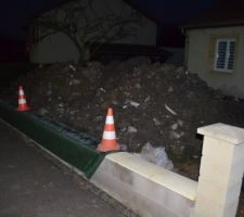 Petit tas de terre devant la maison...