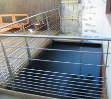 Le garde corp de la terrasse au dessus de la piscine