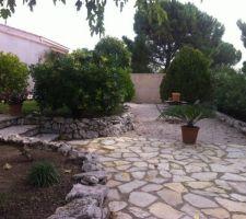 L'emplacement de la piscine sera après le palmier. Limite des pierres. Le cyprès au fond à droite va sauter et la