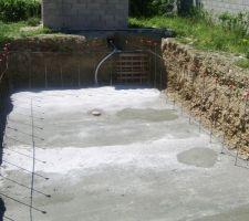 Autre vu du radier coulé avec le tuyau de la bonde de fond qui est déja en attente dans le local technique