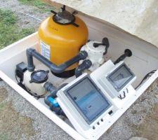 Pompe pantair 1 Cv filtre triton 2 remplissage auto 5 sondes CCEI regul PH prémium de Mareva (non visible sur photo). le fond du bac est percé pour l'évacuation, sous le bac, 1 metre de gravier