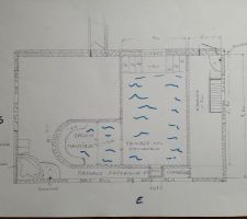 En fait, ce sont DEUX piscines de profondeurs différentes  reliées entr'elles par un étroit passage