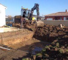 Début du terrassement, on commence à avoir de l'eau au fond ...