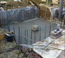 Les 6 M3 de beton sont mis en place et talochés