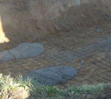 Après une journée pour faire le trou et préparer le sol, voici les premières brouettes de ciment.