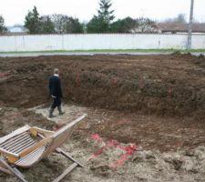 Fin de la première journée, ils ont étalés la terre. On a malheureusement pas assez de terre pour rattrapé le niveau, mon a élevé de 50cm quand même. (il y en a avait 63 cm)