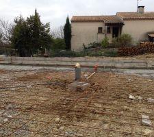Terrasse prête en attente de coulage, gaines électriques posées.