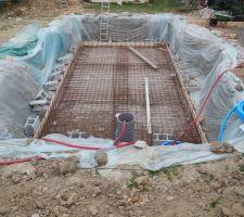 Apres la realisation du trou ainsi que la couche de gravier qui a permis de planifier parfaitement le fond et de drainer vers le puit de decompression voici le ferraillage du fond et du coffrage