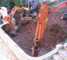 Terrassement. utilisation d'une jardinière existante pour insérer la piscine dedans.