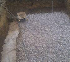 L'hiver passé, puis quelques semaines obligées de convalescence, les travaux peuvent enfin reprendre !! Le drain a parfaitement fonctionné, et a ainsi grandement limité les éboulements. Il aura fallu tout de même une bonne soixantaine de brouettes pour nettoyer la fouille.