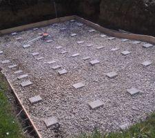 Scellement de la bonde de fond et installation de 61 plots, réglés à 15cm sous le niveau de sol fini, pour recevoir la première nappe de treillis.