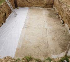 Pose du géotextile pour éviter que les cailloux du drain ce mélange avec la terre argileuse par chez nous.