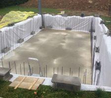 Mise en place de géotextile autour des parois de la piscine pour éviter que la terre s'écroule sur la dalle.