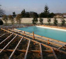 Structure presque finis (il reste un bout à droite, qu'on ne voit pas, et renforcer la longueur de la piscine avec des poteaux)