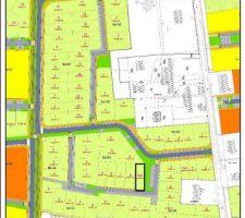 Mon terrain ; lot 8bis en G3, en mitoyenneté à droite avec les espaces communs ; pelous   petit parking.