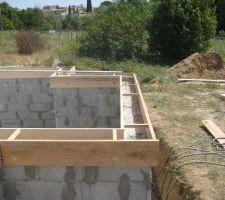 Coffrage pour l'arase.  Les planches sont serrées sur les murs par l'intermédiaires de tiges filetées, d'écrous,de larges rondelles et des entretoises en partie supérieure.  Procédure simple permettant un réglage de grande précision ( - 1 mm au niveau de précision).