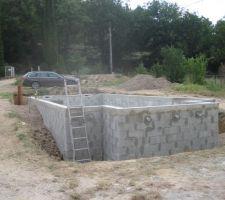 Les betons ont une semaine et on commence à remblayer le tour de piscine.