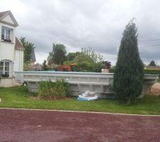Une baignoire devant la maison