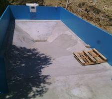 Montage des panneaux, après avoir tracé le contour de la piscine avec un cordeau => Marche de sécurité de 20 cm et 50cm