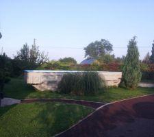 La piscine va être enfin posée après 2 mois devant notre maison
