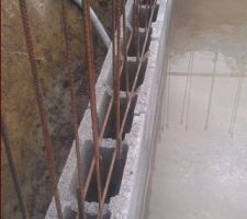 A chaque rang, pose de 2 fers horizontaux liés à chaque croisement avec les verticaux. D'une part pour bénéficier de 2 véritables treillis au sein des murs et d'autre part pour assurer une bonne liaison électrique entre tous les fers de la structure, qui garantira l'efficacité du système dédié à la protection contre la corrosion de l'ouvrage.