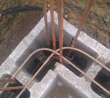Comme pour les reprises verticales sur le radier, les fers horizontaux sont croisés dans les angles, afin d'accroître la résistance mécanique.