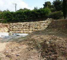 Enrochement avec les rochers retirés lors du terrassement de la piscine.