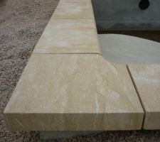 Pose des margelles en pierre de Dordogne taillées sur mesure de 70 mm d'épaisseur.
