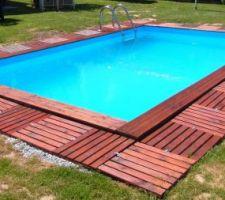 Dalles en bois posées autour de la piscine pour épargner la pelouse au maximum..  Depuis, nous en avons déjà bien profité car le soleil a été relativement au rendez-vous jusqu'ici :)