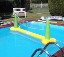 On profite des joies de la piscine.. Quelques achats ont été effectués pour notre plaisir personnel: filet de volley, matelas, etc