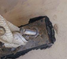 Fixation au sol avec siliconne dessous et scellement chimique car l'ecrou de pouvais pas se visser sur la plaque inox.
