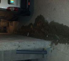 La piscine se trouve sur le c^té de mon garage les diverses fuites me coutaient environs 800 litres JOURS