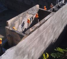 La phase de remplissage des blocs à bancher est arrivée. Elle aura été grandement facilitée par la réalisation de cette trémie maison, qui fait la largeur d'une brouette.