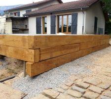 Pose des murs de bois. Poutre de bois acheter 28 euro pieces pres de Bourguoin. Tres bonne qualité.  Comme quoi acheter une piscine plus de 10 000 euro n'est pas synonyme de qualité.