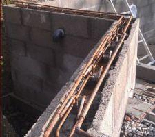 Préparation du ferraillage pour l'arase. Les remontées verticales ont été cintrées à l'horizontale, de manière à fixer les fers tors de 12mm à la hauteur souhaitée.
